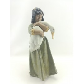 Figura de Mujer con Oca...